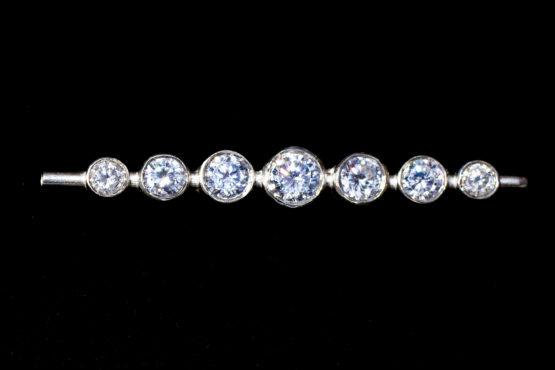 Graduated Stones Brilliant White Stock Pin in Silver